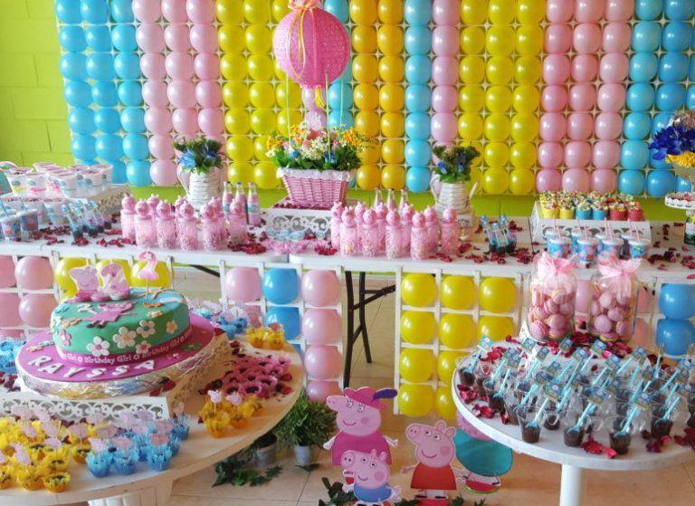 Mesas dulces y decoración con globos para cumpleaños